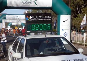 Carteles publicitarios cronómetros maratón AMCHAM